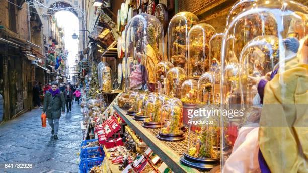calle san gregorio armeno en nápoles, italia - napoli fotografías e imágenes de stock
