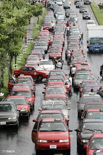 Cientos de transportistas privados autodenominados porteadores bloquean el 5 de setiembre de 2006 un importante tramo de la ruta de circunvalacion...