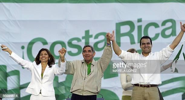 El candidato presidencial del opositor Partido Liberacion Nacional Oscar Arias ex presidente de Costa Rica y Premio Nobel de la Paz 1987 junto a los...