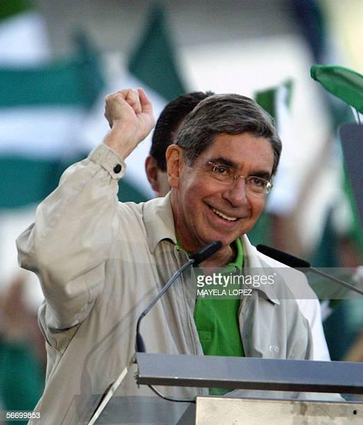 El candidato presidencial del opositor Partido Liberacion Nacional Oscar Arias ex presidente de Costa Rica y Premio Nobel de la Paz 1987 saluda a sus...