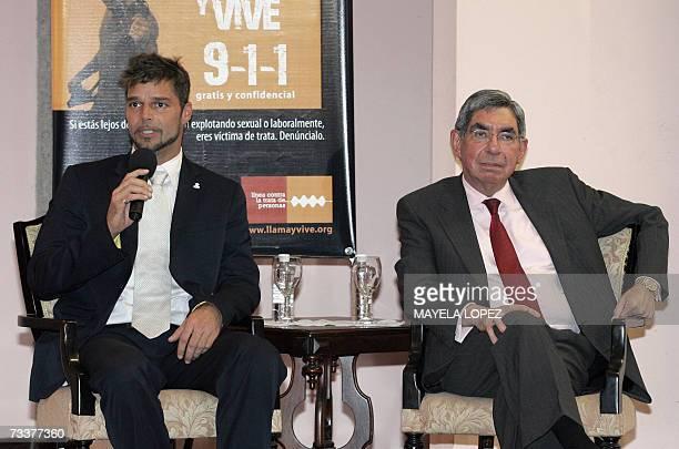 El cantante portorriqueno Ricky Martin responde preguntas de la prensa junto al presidente costarricense Oscar Arias el 20 de febrero de 2007 en la...
