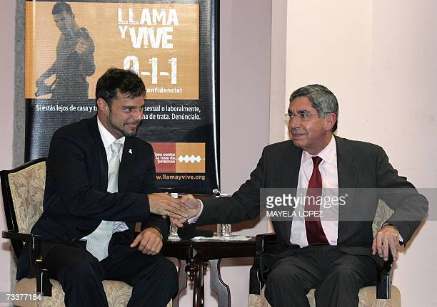 El cantante portorriqueno Ricky Martin saluda al presidente de Costa Rica, Oscar Arias, el 20 de febrero de 2007 en la Casa Presidencial, al este de...