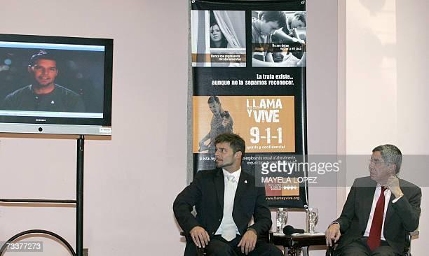 """El cantante portorriqueno Ricky Martin y el presidente de Costa Rica, Oscar Arias, observan anuncios televisivos de la campana """"Llama y Vive"""" el 20..."""