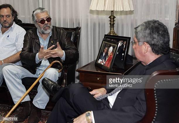 El cantautor argentino Facundo Cabral conversa con el presidente de Costa Rica, Oscar Arias, el 24 de julio de 2007 en la Casa Presidencial, al este...