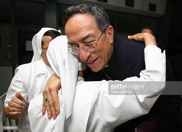 El Cardenal hondureno Oscar Rodriguez Maradiaga es abrazado por religiosas durante su llegada para dictar una conferencia 19 de julio de 2007 en la...