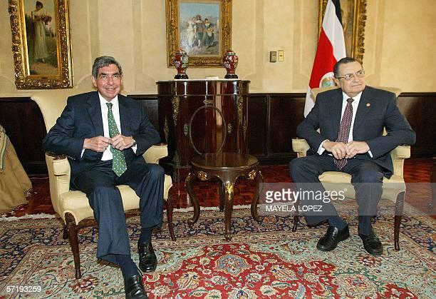 El presidente de Costa Rica Abel Pacheco y el presidente electo Oscar Arias posan para la prensa el 27 de marzo de 2006 en la Casa Presidencial al...