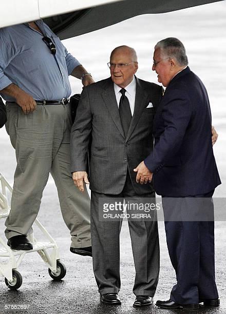 El presidente de Nicaragua Enrique Bolanos dialoga con el embajador nicaraguense en Costa Rica Leopoldo Ramirez a su arribo al aeropuerto Juan...