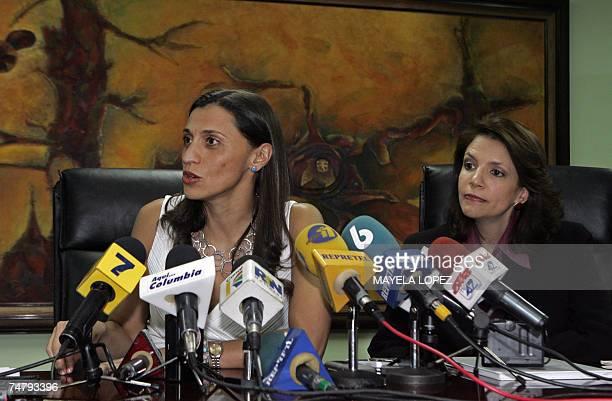 La ministra de Transportes de Costa Rica Karla Gonzalez habla en conferencia de prensa junto a la viceministra del ramo Viviana Martin el 19 de junio...