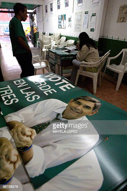 Miembros del Partido Liberacion Nacional del ex presidente y candidato Oscar Arias permanecen dentro de un centro partidario proximo a San Jose...
