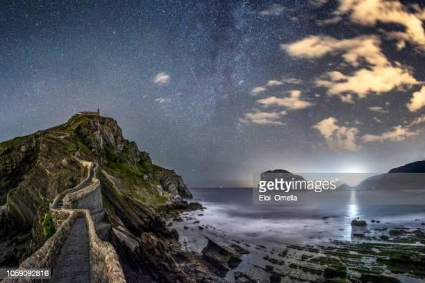 天の川と matxitxako 灯台夜サン ファン デ ガルテルガトシェ - ビスカヤ県 ストックフォトと画像