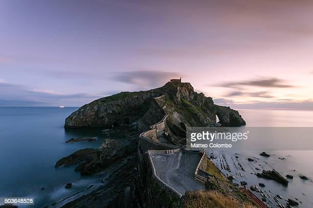 san juan de gaztelugatxe at sunset, basque country, spain - províncias bascas - fotografias e filmes do acervo