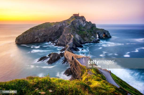 san juan de gaztelugatxe (dragonstone) at sunset - spain stock pictures, royalty-free photos & images