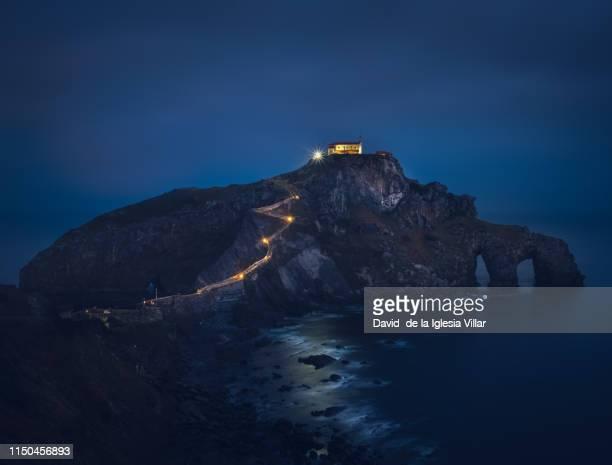 san juan de gaztelugatxe illuminated at night - paisajes de puerto rico fotografías e imágenes de stock