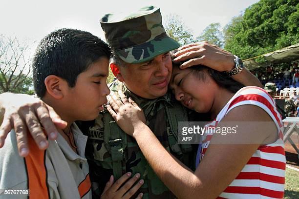 Un soldado salvadoreno miembro del VI Contingente del Batallon Cuscatlan despide a sus hijos el 07 de febrero de 2006 en la base militar de San Juan...