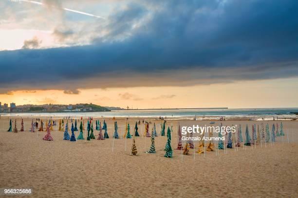 san lorenzo beach in asturias - ヒホン ストックフォトと画像