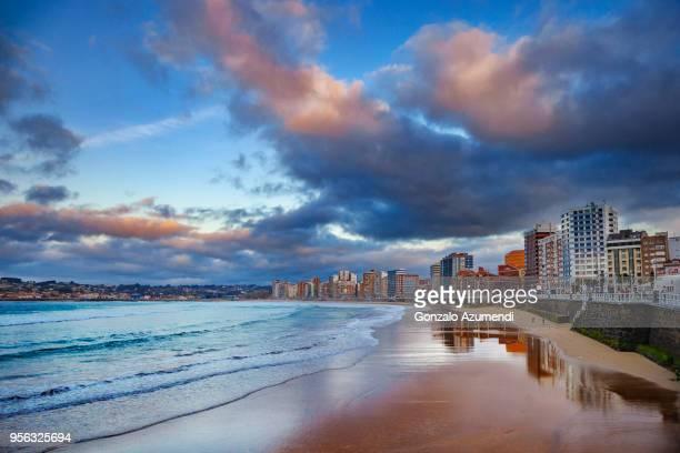 san lorenzo beach in asturias - gijón - fotografias e filmes do acervo
