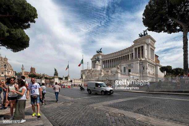 san marco boulevard with pedestrians and traffic on san marco boulevard and vittorio emanuele 2 monument at the background. - emreturanphoto stock pictures, royalty-free photos & images
