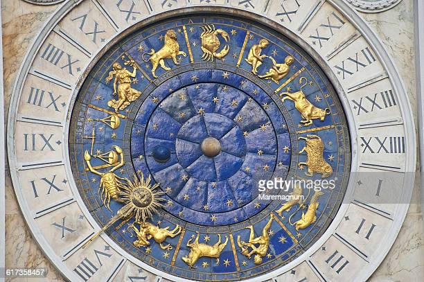 san marco square, detail of the clock tower - klokkentoren met wijzerplaat stockfoto's en -beelden