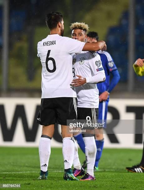 FUSSBALL INTERNATIONAL San Marino Deutschland Deutschland Sami Khedira umarmt Serge Gnabry nach seinem Tor zum 02