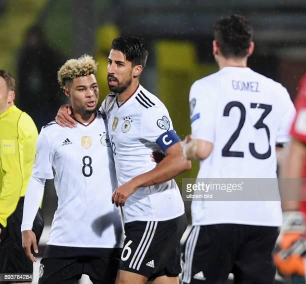 FUSSBALL INTERNATIONAL San Marino Deutschland Deutschland Sami Khedira und Serge Gnabry nach seinem Tor zum 02