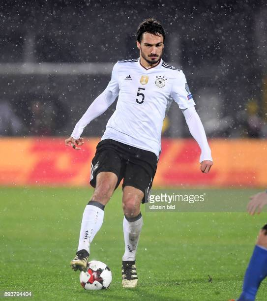 FUSSBALL INTERNATIONAL San Marino Deutschland Mats Hummels am Ball