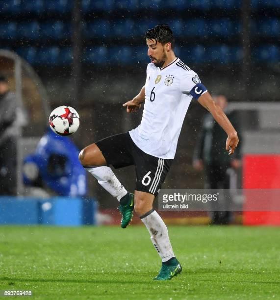 FUSSBALL INTERNATIONAL San Marino Deutschland Sami Khedira am Ball