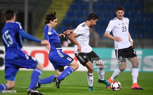 FUSSBALL INTERNATIONAL San Marino Deutschland Sami Khedira erzielt gegen gegen Davide Simoncini das Tor zum 01 beobachtet von Mario Gomez