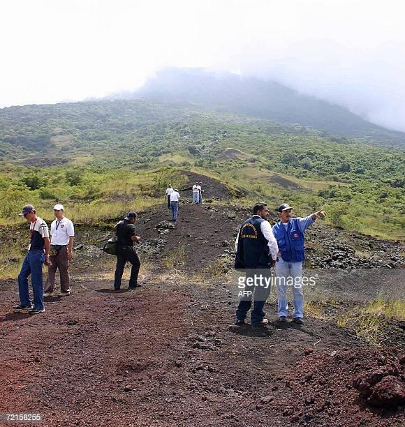Delegados de Proteccion Civil inspeccionan las faldas del volcan Chaparrastique cerca de San Miguel 134 km al sur de San Salvador el 12 de octubre de...