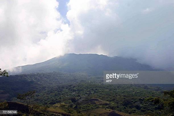 Vista general del volcan Chaparrastique cerca de San Miguel 134 km al sur de la San Salvado el 12 de octubre de 2006 El volcan incremento su...