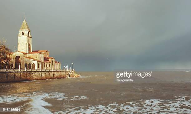 san pedro church in a sunny moment before the storm - gijon fotografías e imágenes de stock
