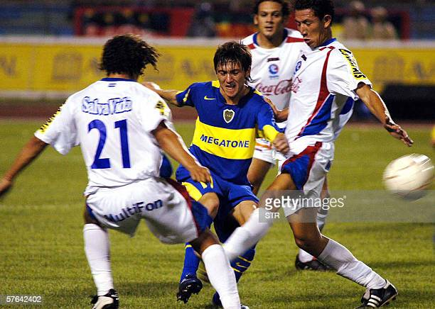 Ruben Bilos del equipo argentino Boca Juniors intenta superar la marca de Jairo Martinez y Oscar Bonilla de Olimpia de Honduras en partido amistoso...