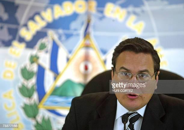 El canciller salvadoreno Francisco Lainez habla durante una conferencia de prensa el 20 de febrero de 2007 en la sede de la cancilleria en San...