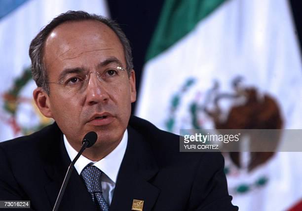 El presidente de Mexico Felipe Calderon responde preguntas de periodistas durante una conferencia de prensa 16 enero de 2007 antes de una reunion con...