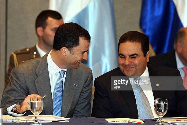 El principe de Asturias Felipe de Borbon heredero de la corona espanola conversa con el presidente salvadoreno Elias Antonio Saca el 09 de mayo 2006...