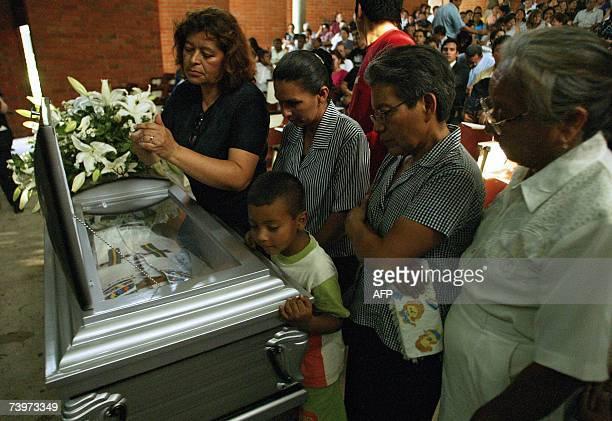 San Salvador, EL SALVADOR: Feligreses catolicos le rinden homenaje al sacerdote salvadoreno-espanol Francisco Javier Ibizate durante el funeral...