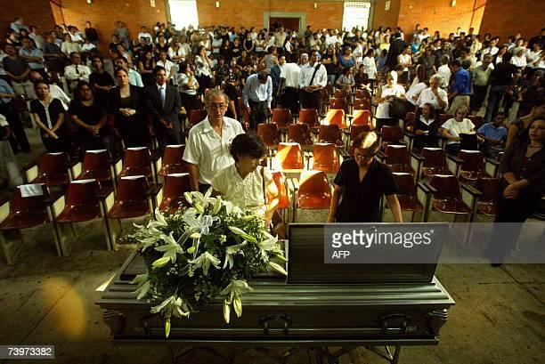 San Salvador, EL SALVADOR: Feligreses catolicos participan del funeral del sacerdote salvadoreno-espanol Francisco Javier Ibizate celebrado en la...