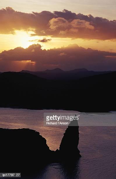 san salvador island, sullivan bay and pinnacle rock at sunset, ecuador - pinnacle rock formation stock-fotos und bilder