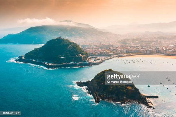 san sebastian and santa clara island at sunset - pais vasco fotografías e imágenes de stock