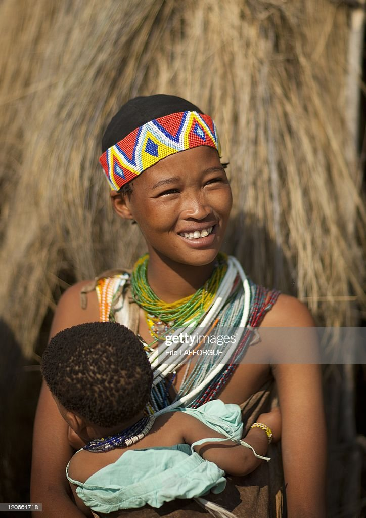 San Woman With Her Baby In Namibia On August 22, 2010 - : News Photo