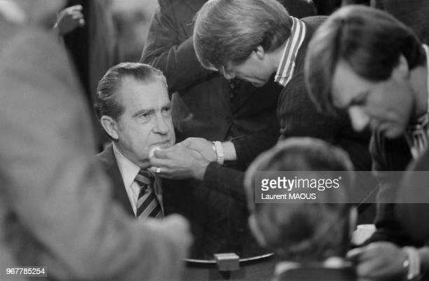 Séance de maquillage pour l'ancien président américain Richard Nixon à Antenne 2 pour présenter son livre le 20 avril 1980 à Paris