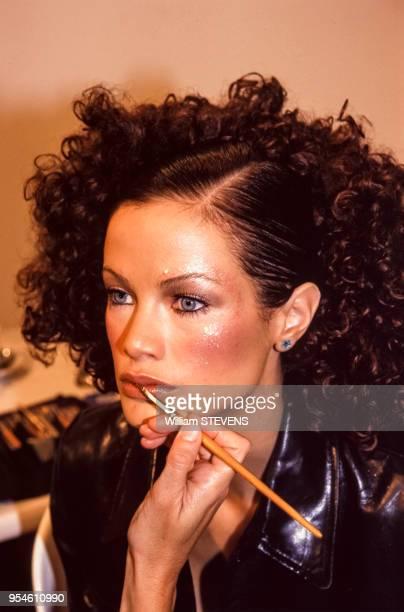 Séance de maquillage pour un top model avant le défilé Chloé en octobre 1996 à Paris France
