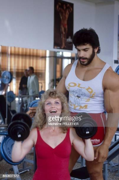 Séance de musculation pour Lou Ferrigno et sa femme Carla Green lors du Festival de Cannes en mai 1982 France