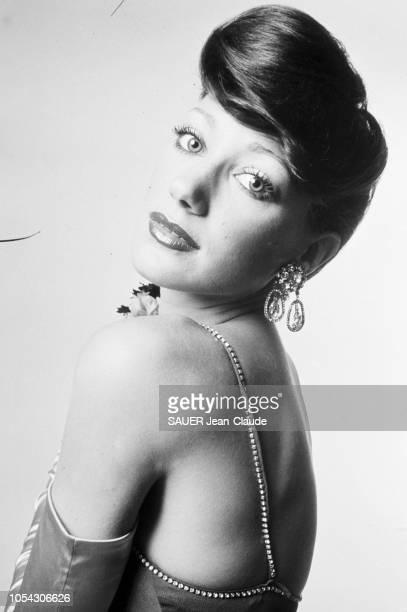 Séance photo en novembre 1971 avec Marisa BERENSON actrice américaine et covergirl vedette qui pose avec quelques attributs de la mode kitsch mot né...