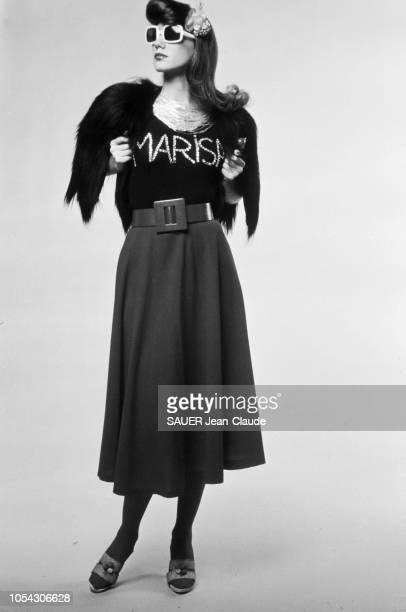 Séance photo en novembre 1971 avec Marisa BERENSON actrice et covergirl vedette qui pose avec quelques attributs de la mode 'kitsch' mot né à Munich...