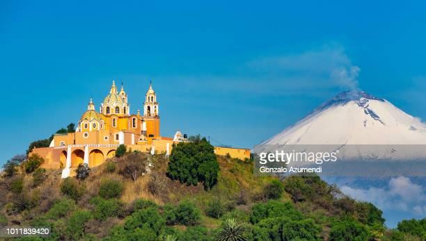 sanctuary of nuestra señora de los remedios in cholula mexico - 僧院 ストックフォトと画像