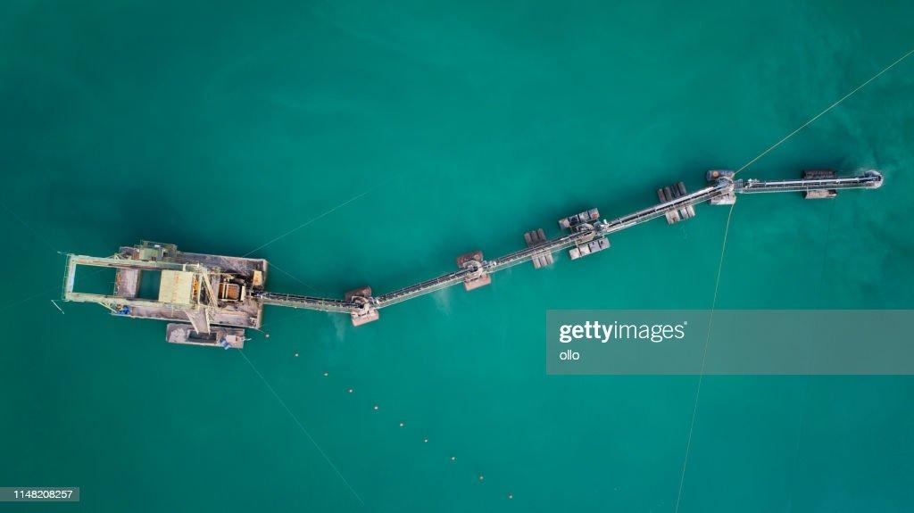 砂と砂利ピット、大きな浚渫船-空中ビュー : ストックフォト