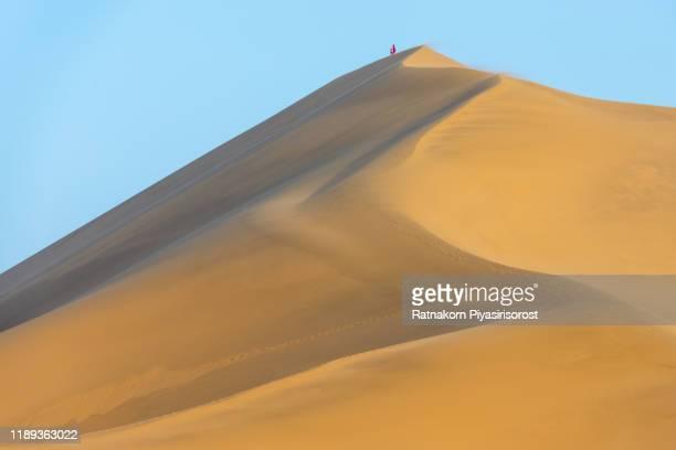 sand dune and dunhuang crescent moon spring or yueya spring, gansu, china - exotismo fotografías e imágenes de stock