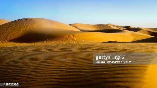 sand dune in desert against clear sky - claudia romanazzo foto e immagini stock
