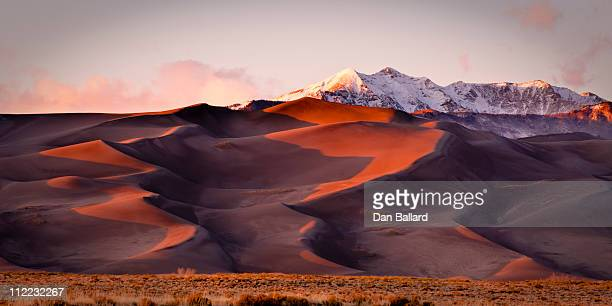 sand dunes and mountain peaks. great sand dune national park, alamosa, colorado. - great sand dunes national park stock pictures, royalty-free photos & images