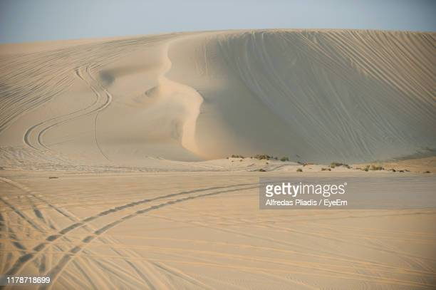 sand dunes in a desert - qatar stock pictures, royalty-free photos & images